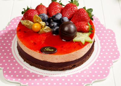 Tort mousse de capsuni si ciocolata